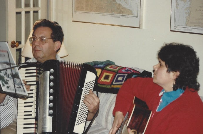 LF and Sas playing Christmas tunes